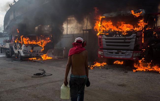 Έκρυθμη η κατάσταση στη Βενεζουέλα: Ο στρατός του Μαδούρο έκανε στάχτη την ανθρωπιστική βοήθεια των ΗΠΑ