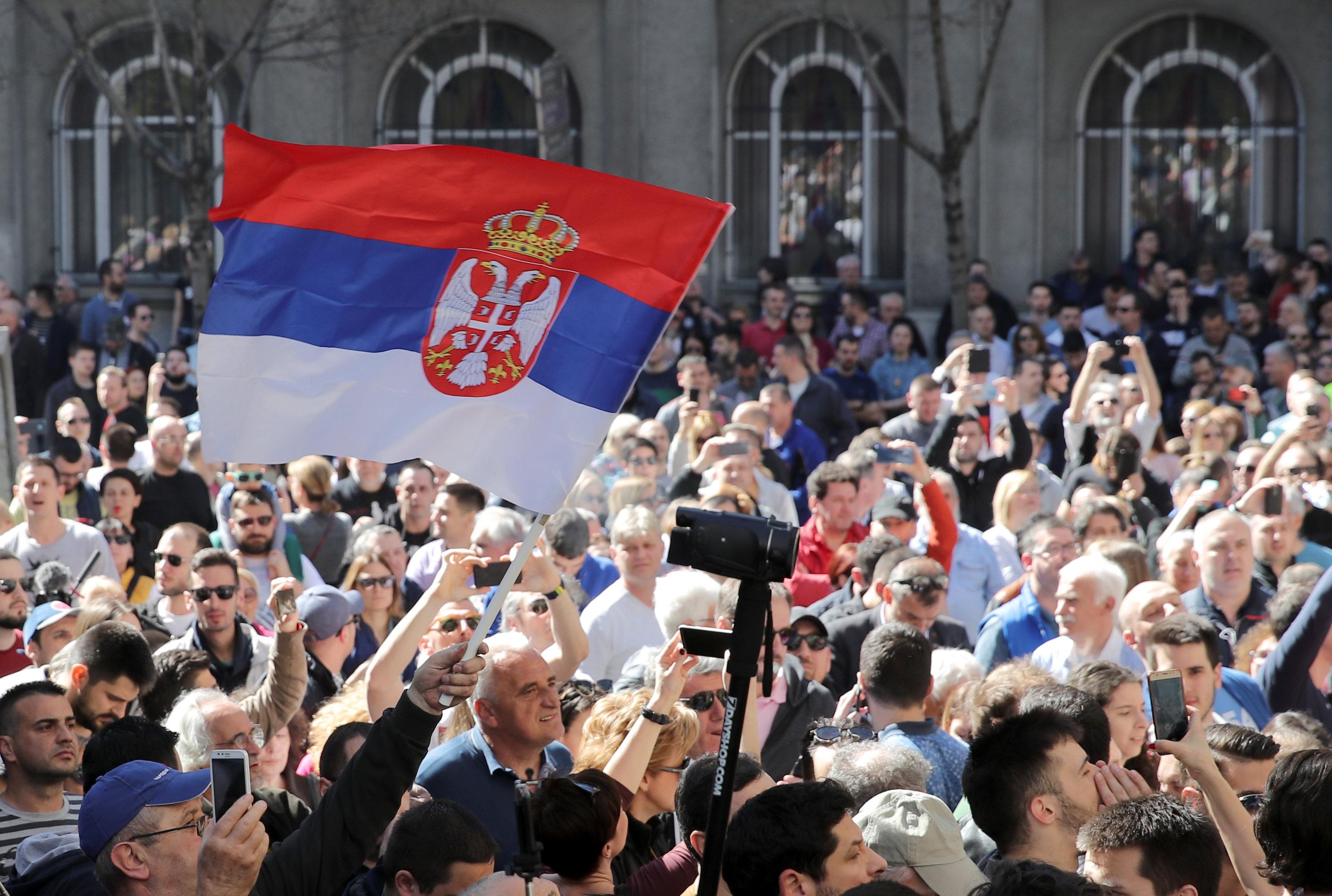 Χιλιάδες διαδηλωτές κρατούν «όμηρο» τον Σέρβο πρόεδρο Αλεξάνταρ Βούτσιτς στο προεδρικό μέγαρο