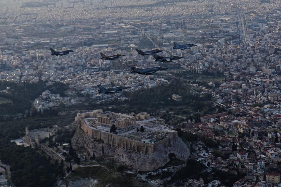 """Μαχητικά πετούν πάνω από την Ακρόπολη στα πλαίσια της άσκησης """"Ηνίοχος"""" (Video)"""