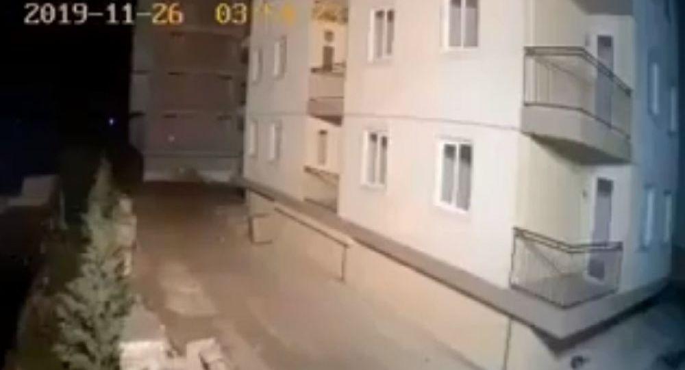 """Βίντεο από την Αλβανία: """"Κτίριο σείεται από τον σεισμό των 6,4 Ρίχτερ…"""""""