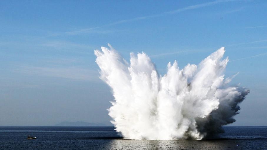 ΚΡΗΤΗ: Επιχείρηση εξουδετέρωσης βόμβας του Β΄ παγκοσμίου πολέμου στο βυθό της θάλασσας (Vid)