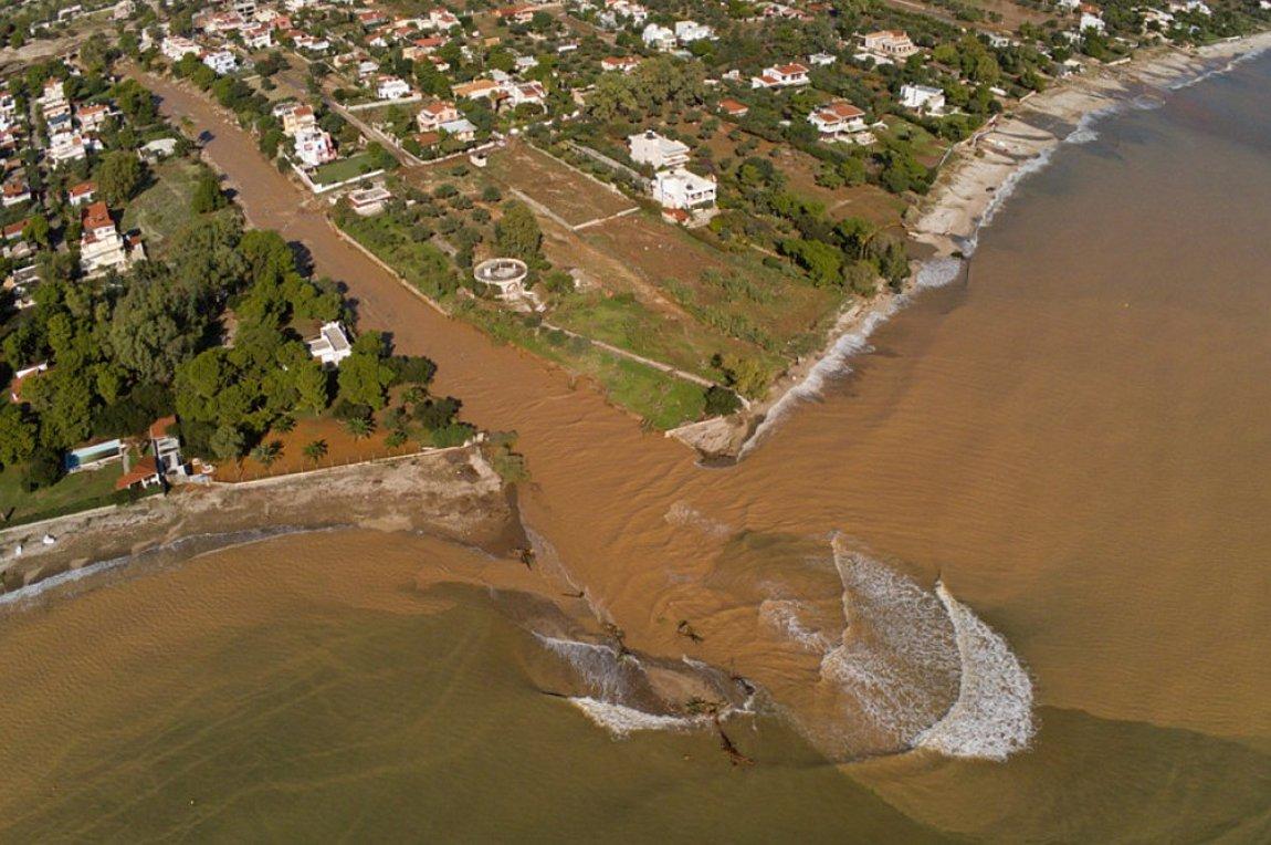 """""""Drone καταγράφει από ψηλά τις καταστροφικές πλημμύρες στην Κινέτα…"""""""