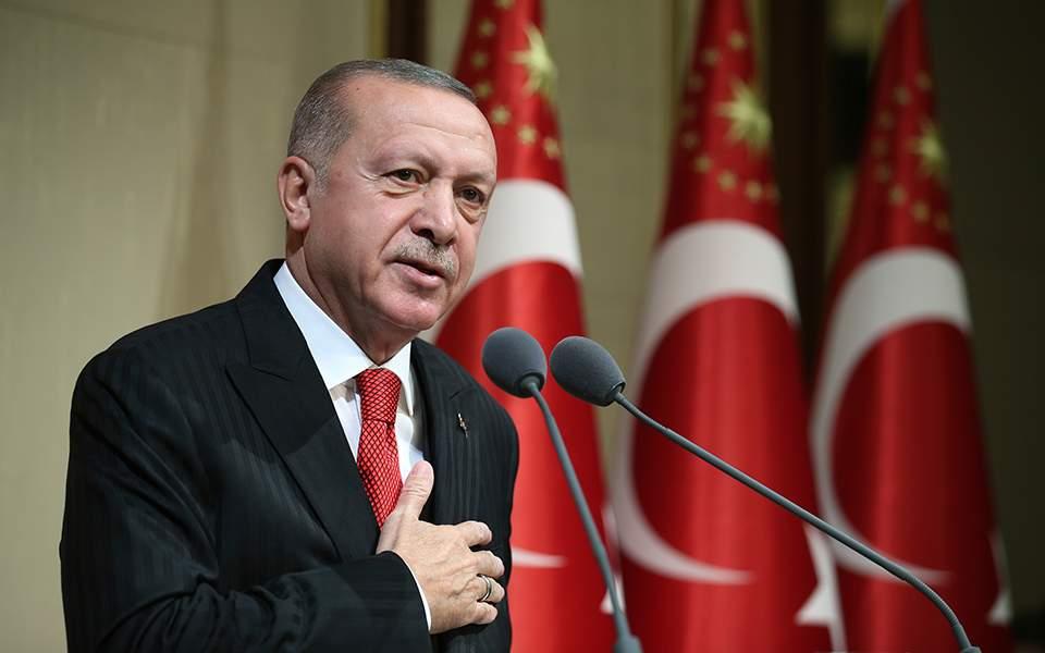 """Ο Ερντογάν δείχνει με χάρτες τις """"προθέσεις"""" της Άγκυρας, προαναγγέλλοντας έρευνες ανοιχτά της Κρήτης"""