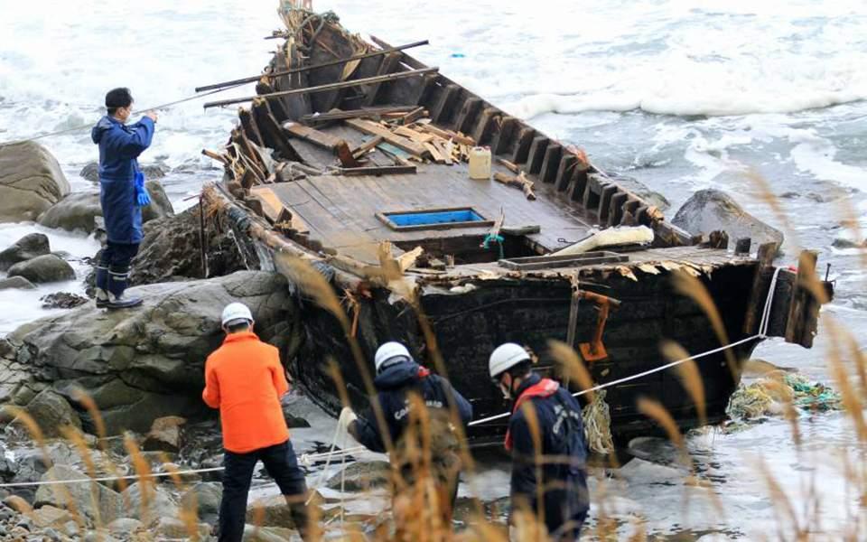 """""""Πλοίο – φάντασμα"""" με μακάβριο φορτίο από τη Β. Κορέα ξεβράστηκε στην Ιαπωνία"""