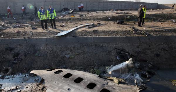 """Συντριβή αεροσκάφους Boeing 737 στο Ιράν: """"Επίθεση πυραύλου, τρομοκρατικό χτύπημα ή τεχνική βλάβη..;"""""""