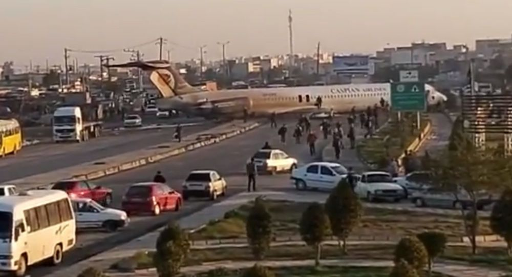 """Ιράν: Αεροσκάφος Boeing προσγειώνεται ξαφνικά στη """"μέση του δρόμου"""" (Vid)"""