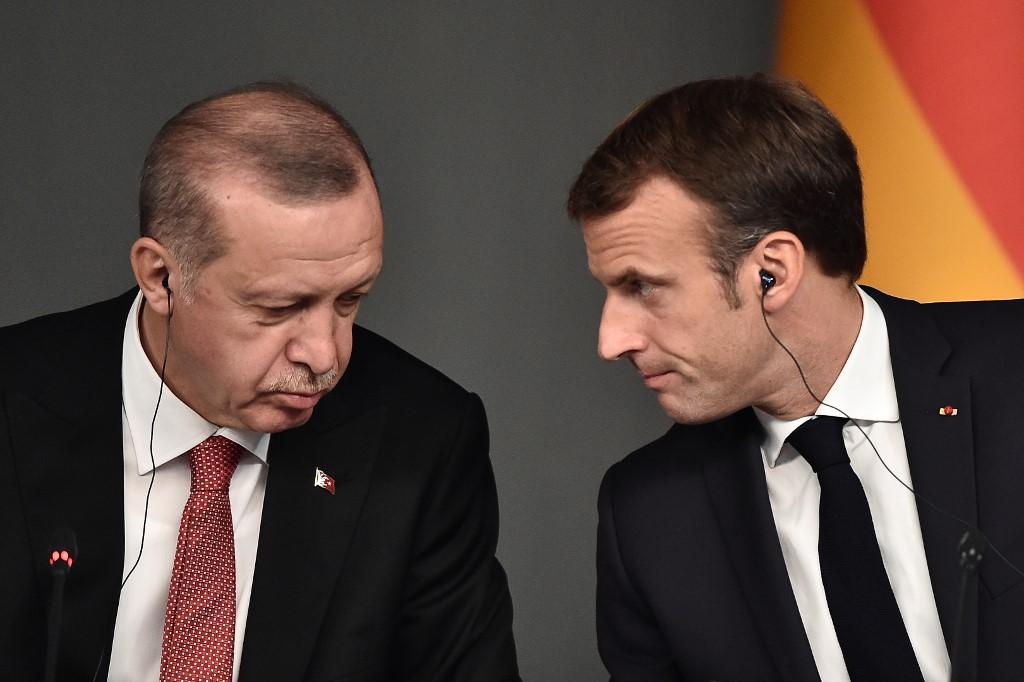 Επιμένει ο Μακρόν εναντίον του Ερντογάν: Θα ασκήσει βέτο στην Ε.Ε. εάν ληφθούν μέτρα κατά του Χ. Χαφτάρ;