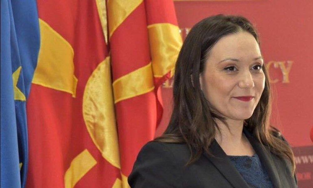"""Υπουργός στα Σκόπια """"επαναφέρει"""" πινακίδα με το προηγούμενο όνομα της χώρας, αγνοώντας την Συμφωνία των Πρεσπών"""