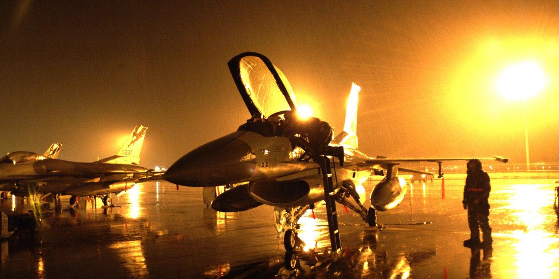 Απίστευτο Βίντεο: Προσγείωση F-16 σε πλημμυρισμένο διάδρομο
